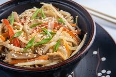 Sopa japonesa dos ramen com galinha, ovo, cebolinha e broto no fundo de madeira escuro fotos de stock