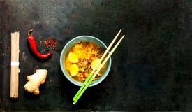 Sopa ligera en estilo asiático con los tallarines Soba del alforfón y los salmones en viejo fondo negro del metal imagenes de archivo