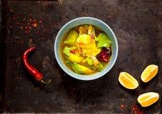 Sopa mexicana de la cal en el cuenco azul en el viejo fondo negro del metal, aislado El concepto de comida sabrosa y sana viewn s imagen de archivo libre de regalías