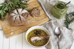Sopa natural de la crema de la calabaza, con un camarón Foto de archivo