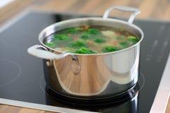 Sopa nutritiva com brócolis verdes na bandeja no hob Imagens de Stock