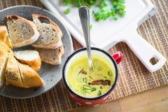 Sopa, pão e cebolinha da raiz da mola Fotos de Stock