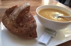 Sopa, pan, mantequilla, cuenco, cuchara foto de archivo libre de regalías