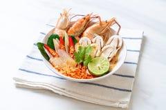 sopa picante de los camarones (Tom Yum Goong foto de archivo