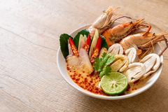 sopa picante de los camarones (Tom Yum Goong imagen de archivo