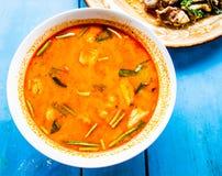 Sopa picante del Cymbopogon con el camarón y el cerdo sofritos Fotos de archivo