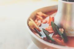 Sopa picante do marisco do camar?o (Tom Yum Goong) no mercado imagens de stock