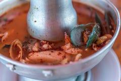 Sopa picante do marisco do camar?o (Tom Yum Goong) no mercado foto de stock