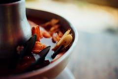 Sopa picante do marisco do camar?o (Tom Yum Goong) no mercado foto de stock royalty free
