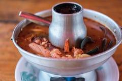 Sopa picante do marisco do camar?o (Tom Yum Goong) no mercado fotografia de stock royalty free