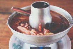Sopa picante do marisco do camar?o (Tom Yum Goong) no mercado fotos de stock