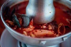 Sopa picante do marisco do camar?o (Tom Yum Goong) no mercado imagem de stock royalty free