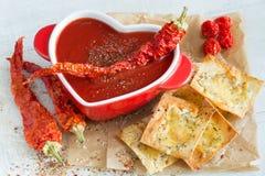 Sopa picante do tomate com as batatas fritas da pimenta vermelha e do queijo fotografia de stock royalty free