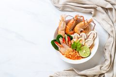 sopa picante dos camarões (Tom Yum Goong) fotografia de stock royalty free
