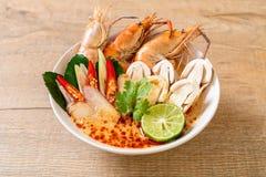 sopa picante dos camarões (Tom Yum Goong) fotografia de stock