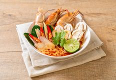 sopa picante dos camarões (Tom Yum Goong) foto de stock royalty free