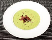 Sopa picante hecha en casa de la crema del bróculi con los cuscurrones en el cuenco blanco imágenes de archivo libres de regalías