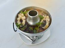 Sopa picante tailandesa com peixes - sopa de Tom Yum fotos de stock
