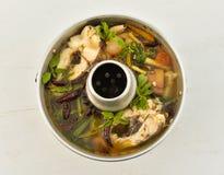 Sopa picante tailandesa com peixes - sopa de Tom Yum fotografia de stock royalty free