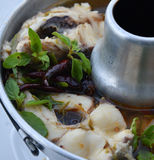 Sopa picante tailandesa com peixes - sopa de Tom Yum imagem de stock
