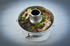 Sopa picante tailandesa com peixes - sopa de Tom Yum imagens de stock royalty free