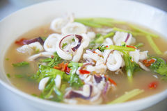 Sopa picante tailandesa del calamar imagenes de archivo