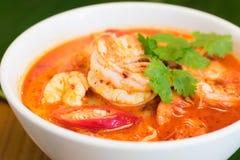 Sopa picante tailandesa do camarão como sabem como Tom Yum Kung em uma bacia com a folha da banana no fundo imagens de stock royalty free