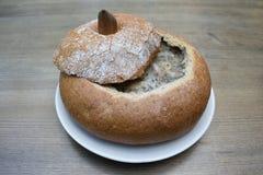Sopa polonesa Zurek servido no pão Fotos de Stock
