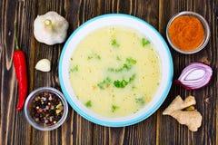 Sopa poner crema con la salsa de curry, rojo del pimiento picante Foto de archivo libre de regalías
