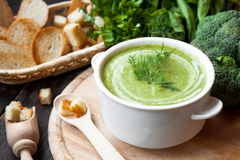 Sopa poner crema con las verduras verdes Fotos de archivo