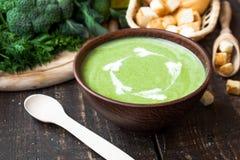 Sopa poner crema con las verduras verdes Fotografía de archivo libre de regalías