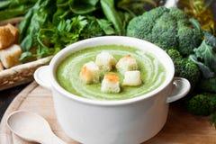 Sopa poner crema con las verduras verdes Imagen de archivo