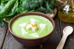 Sopa poner crema con las verduras verdes Imagen de archivo libre de regalías