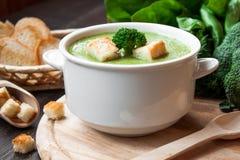 Sopa poner crema con las verduras verdes Imagenes de archivo