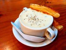 Sopa poner crema con los pasteles Foto de archivo libre de regalías