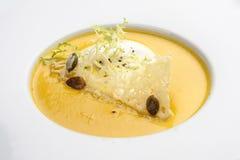Sopa poner crema de la calabaza con el queso parmesano fotografía de archivo