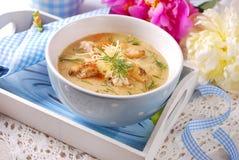 Sopa poner crema de la coliflor con el pollo y el queso parmesano Foto de archivo libre de regalías