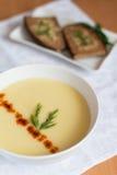 Sopa poner crema de la patata con pimientas dulces y tostadas secas Fotografía de archivo