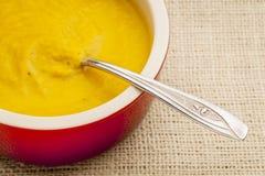 Sopa poner crema de la zanahoria Fotografía de archivo