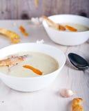 Sopa poner crema del ajo en la placa blanca Imagenes de archivo