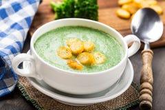 Sopa poner crema del bróculi en la tabla Foto de archivo libre de regalías