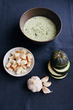 Sopa poner crema del calabacín y del ajo con los cuscurrones fotos de archivo