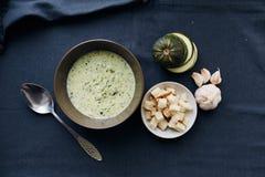 Sopa poner crema del calabacín y del ajo con los cuscurrones imagen de archivo libre de regalías