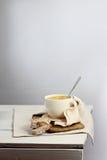 Sopa poner crema en la tabla rústica Fotografía de archivo