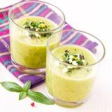 Sopa poner crema vegetal con el aguacate, las hierbas, el calabacín y el oli negro Imagenes de archivo