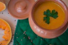 Sopa poner crema vegetariana de una calabaza con las tostadas Imágenes de archivo libres de regalías