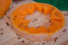 Sopa poner crema vegetariana de una calabaza con las tostadas Fotos de archivo libres de regalías