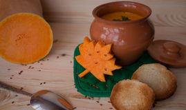 Sopa poner crema vegetariana de una calabaza con las tostadas Fotografía de archivo