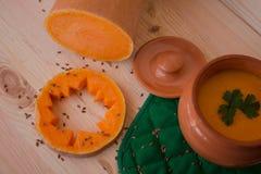 Sopa poner crema vegetariana de una calabaza con las tostadas Imagenes de archivo