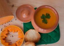 Sopa poner crema vegetariana de una calabaza con las tostadas Fotografía de archivo libre de regalías